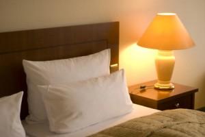 welche beleuchtung im schlafzimmer led halogen oder. Black Bedroom Furniture Sets. Home Design Ideas