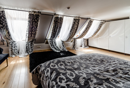 schlafzimmer stilvoll verdunkeln mit jalousien rollo plissee co. Black Bedroom Furniture Sets. Home Design Ideas